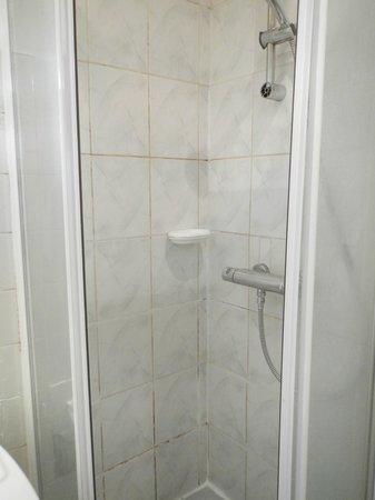 Hotel Printania Porte de Versailles: douches et joints crasseux