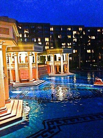 Kaua'i Marriott Resort : View of pool area from bar/lounge