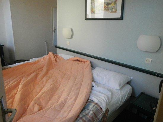 Hotel Printania Porte de Versailles: lit double + 1 lit d'appoint = chambre triple