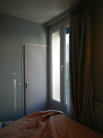 Hotel Printania Porte de Versailles : accès à la salle de bains porte du fond