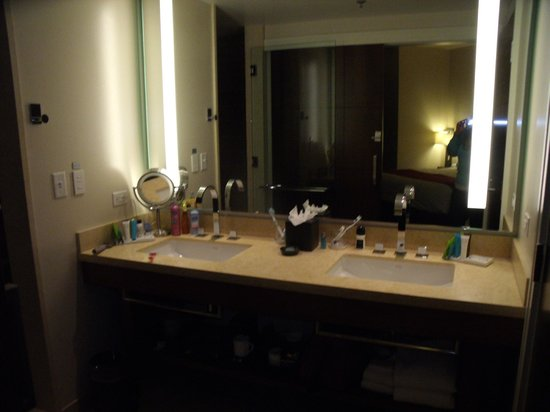The Fox Tower at Foxwoods : Vanity area