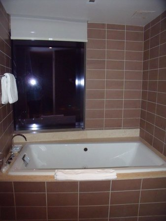 The Fox Tower at Foxwoods: Jaccuzi tub in Director's suite