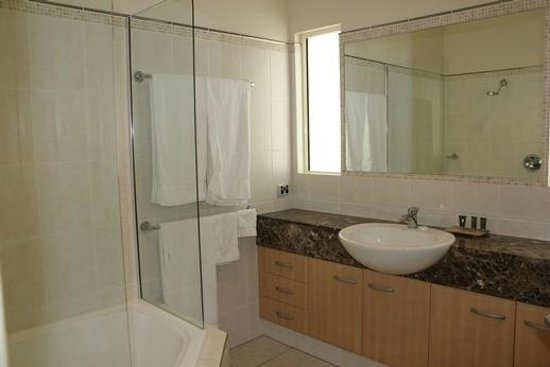 Paradise Links Resort Port Douglas: Spacious bathroom