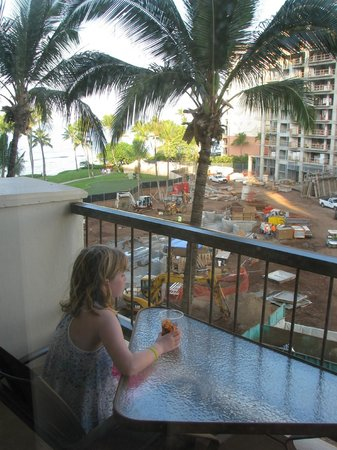 Hyatt Regency Maui Resort and Spa : View from our obtructed view room, my daughter considered the construction work free entertainme