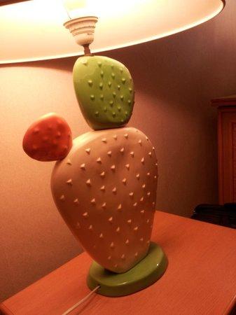 Hotel Leopold Brussels : La lampe cactus et deco kitch