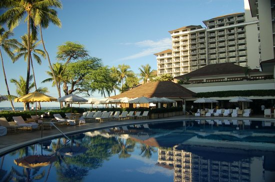 Halekulani Hotel: Pool area, restaurant and room tower