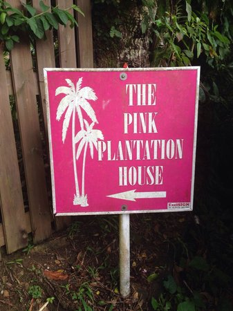 The Pink Plantation House: Follow the signs