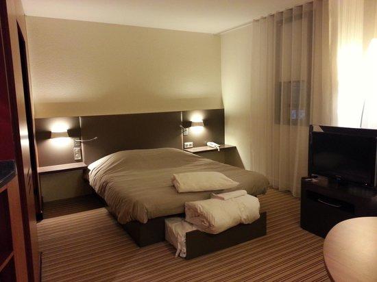 Novotel Suites Paris Montreuil Vincennes: Lit double avec lit gogogne prêt