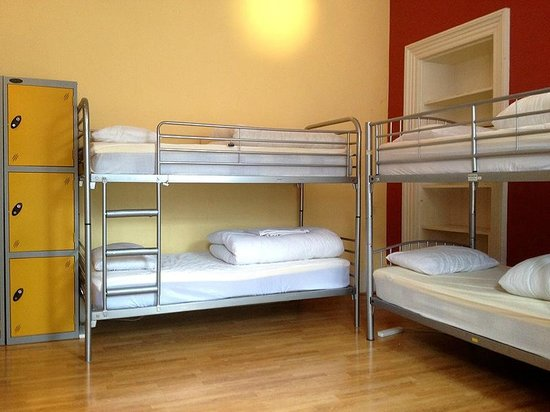 Light House Hostel: Bedroom - comfy beds, big lockers, crisp white sheets.