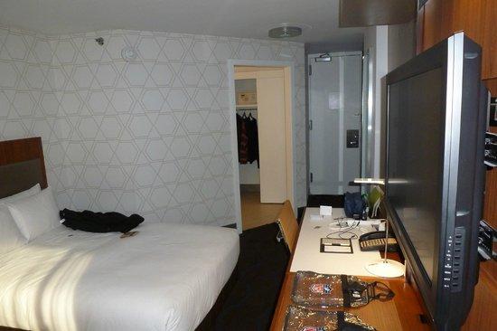 Doubletree Hotel Metropolitan - New York City: 1634 toward the bathroom