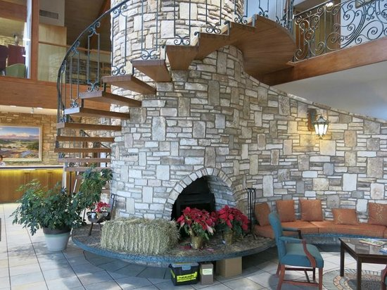 Inn of the Hills Hotel & Conference Center: Lobby and Fireplace