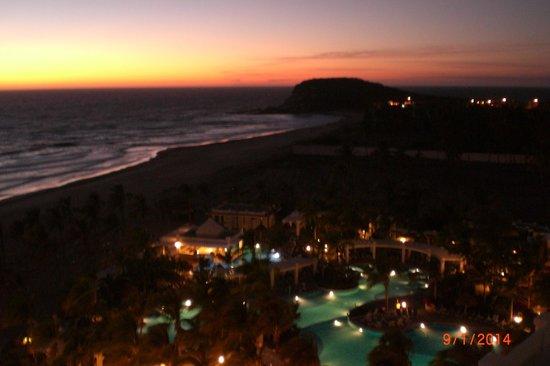 Hotel Riu Emerald Bay : Night shot of the pool area