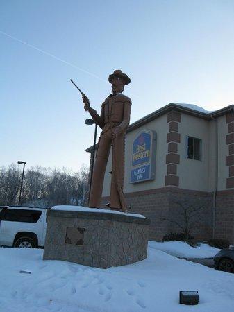 Best Western Garden Inn: Statue in front of hotel