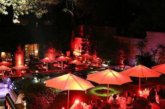 Palacio Duhau - Park Hyatt Buenos Aires: Mesas do terraço dos restaurante em noite de São Valentin