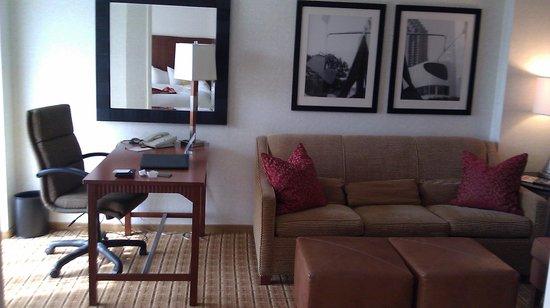 Atlanta Marriott Suites Midtown: Separate Living Room Area