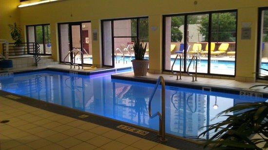 Atlanta Marriott Suites Midtown: Indoor and Outdoor Pools