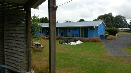Catlins Newhaven Holiday Park : amenities across from cabin