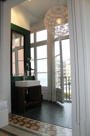 Hotel Praktik Rambla: Open floor plan of bedroom to bathroom