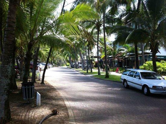 Palm Cove Holiday Park: Palm Cove main street.