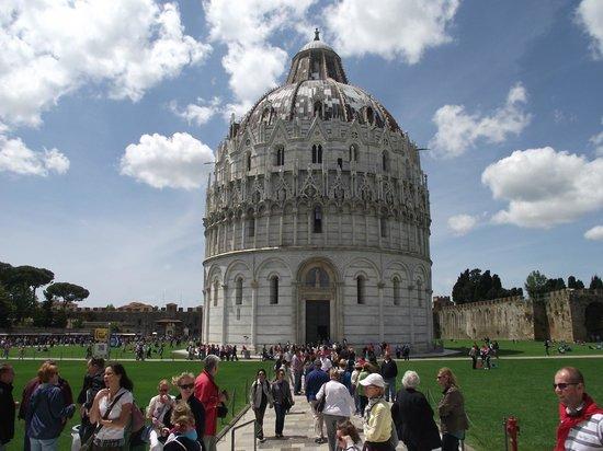 Battistero: Batistério visto do Duomo de Pisa. Construção em estilo românico gótico