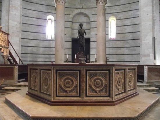Battistero: Fonte batismal de Guido Bigarelli da Como com estátua de San Giovanni Battista(São João Batista)