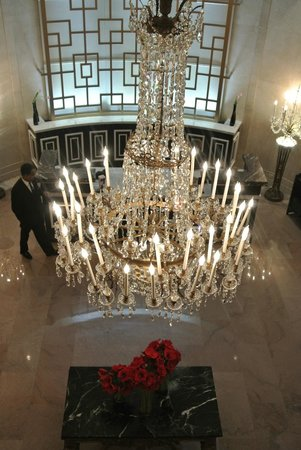 The Mayflower Hotel, Autograph Collection: Chandelier in the beautiful lobby