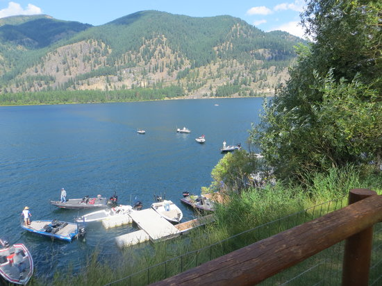 Lakeside Motel & Resort: The docks at Lakeside Resort in Trout Creek!