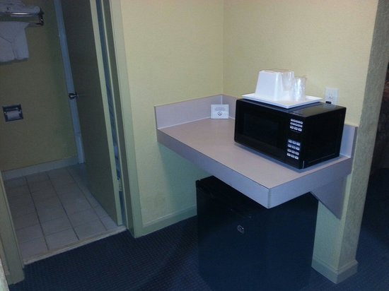 Days Inn Ocala West: New microwave and new clean fridge with ice tray.