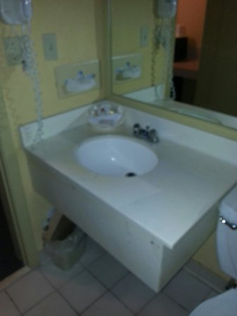 Days Inn Ocala West: Sink area