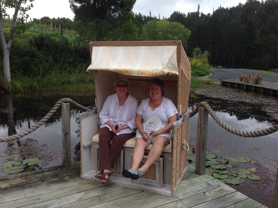 Paroa Bay Winery : Interesting chairs by the pond