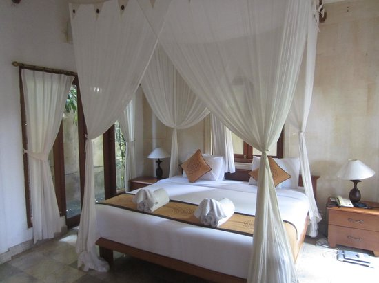 Villa Sonia : Lovely room with sunny windows, good TV and AC.