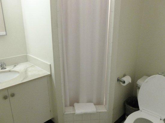 Waikiki Central Hotel: Bathroom