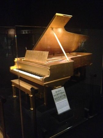 Country Music Hall of Fame and Museum : 24 carat covered piano _Elvis