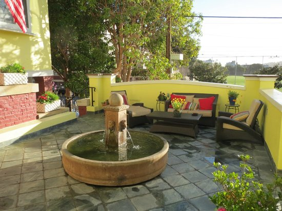 Parker Guest House: Front patio & fountain