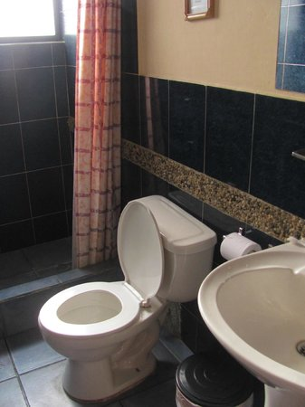 Hostal El Arupo : Bright bathroom - second room I stayed in