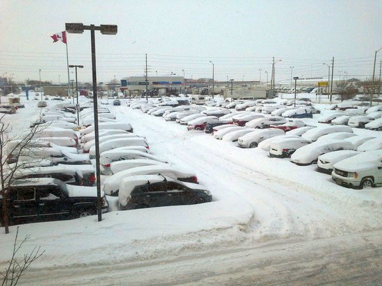 Best Western Plus Toronto Airport Hotel: parking lot on a very snowy day