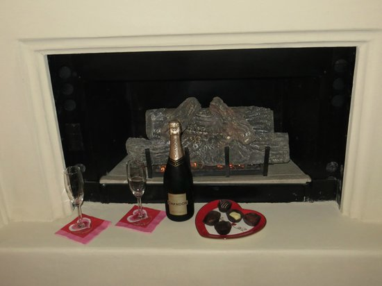 Carmel Country Inn: Fireplace in our room with the Champagne I pre-ordered...