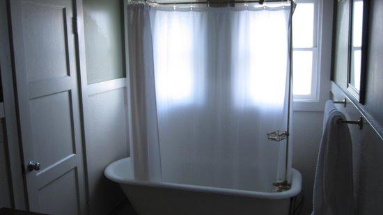 Scotia Inn : The tub...