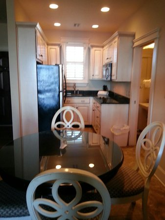 The Sea Gate Inn : Kitchen area -room 306