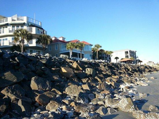 The Sea Gate Inn: Shoreline along the beach