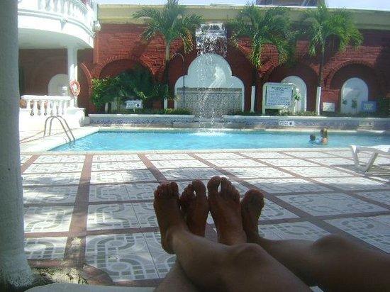 Apartahotel Las Americas : foto de la pileta del hotel tomada desde los sillones de la pileta