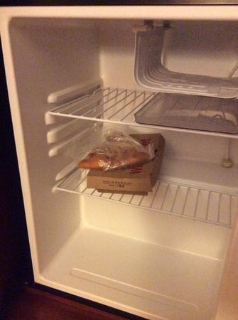Courtyard Monroe Airport: food still in refrigerator from previous guest