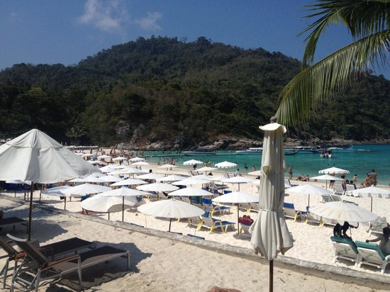 The Racha: The beach in front of hotel, 10h30 am on wednesday 2014-02-19. Not so crowded .... :(