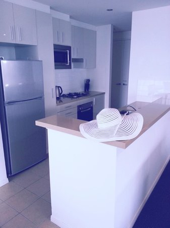 Meriton Suites Broadbeach : Kitchen