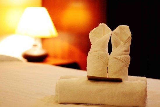 Feung Nakorn Balcony Rooms & Cafe: bathroom amenities ;fresh towel