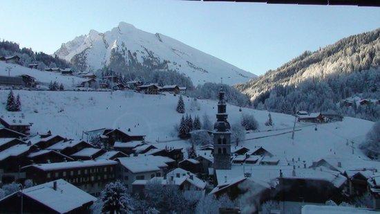 Les Grandes Alpes: Vue du balcon La clusaz sous la neige