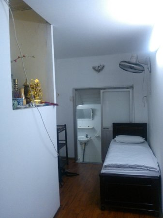 Thu Giang Guesthouse: Room 502, notice the shrine on left