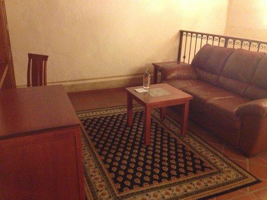 Hotel Quinta Santiago: sala en tapanco