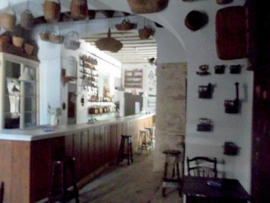 Las Cuadras: barra del bar