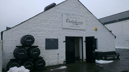 Dalwhinnie Distillery: Outside visitor centre